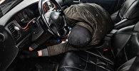 Мужчина имитирует вскрытие автомобиля и его угон, фото из архива