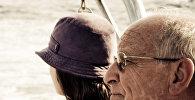 Пожилой мужчина и молодая девушка, фото из архива