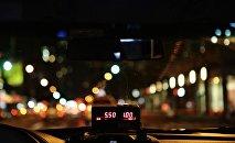 Вид на ночной город из салона автомобиля такси, фото из архива