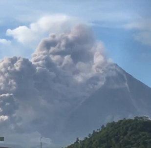 Вулкан Майон на Филиппинах выбросил столб дыма и пепла