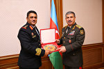 Полковник Абдулхаким Мохаммед Иса Альшану вручает министру обороны АР Закиру Гасанову медаль Верховный офицер