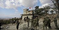 Солдаты турецких ВС размахивают флагом на горе Барсая, к северо-востоку от Африна, Сирия 28 января 2018 года. REUTERS / Халил Ашави