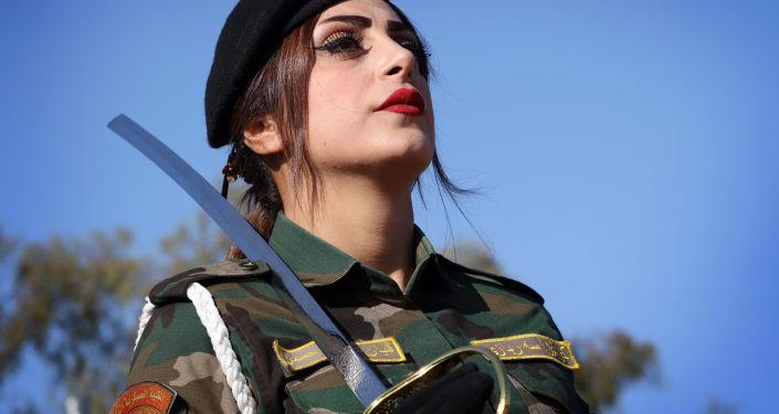 Боец Пешмерга во время выпускного в военной академии в Иракском Курдистане