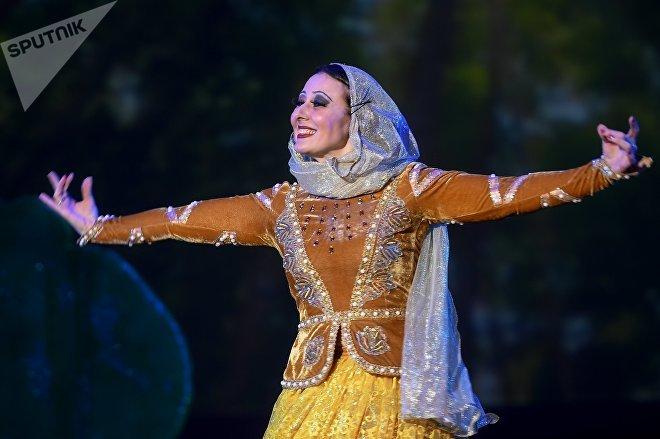 Артистка во время музыкального спектакля Приключения Джыртдана в рамках Дня азербайджанской культуры в Москве