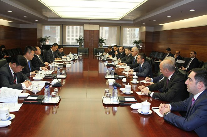 Заместитель министра по коммерции КНР Фу Цзыин и министр экономики Азербайджана Шахин Мустафаев в ходе встречи