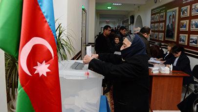 Избиратели на одном из избирательных участков в Баку во время парламентских выборов в Азербайджане