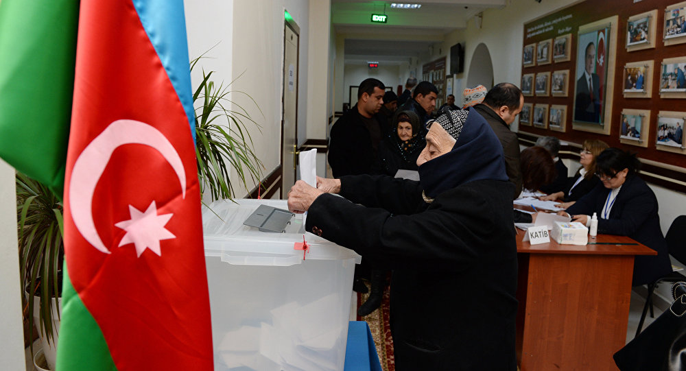 Избиратели на одном из избирательных участков в Баку, фото из архива