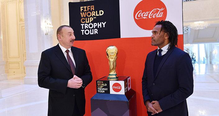 Президент Азербайджана Ильхам Алиев и обладатель Кубка мира по футболу Кристиан Карамбе во время представления главе государства Кубка чемпионата мира