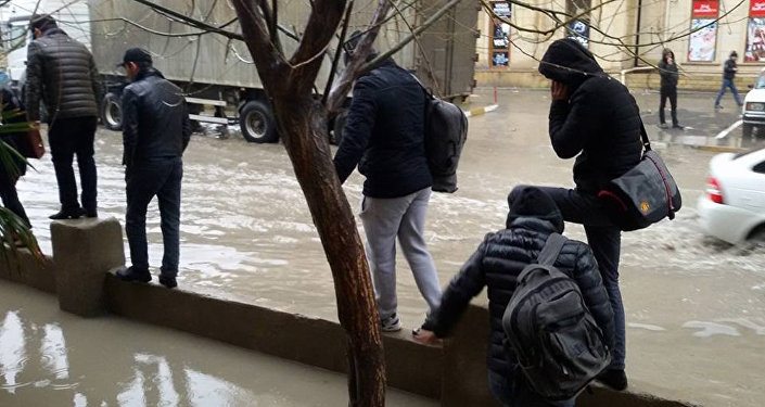 Xırdalandakı Məktəb yolu adlanan ərazidə yağışın fəsadları
