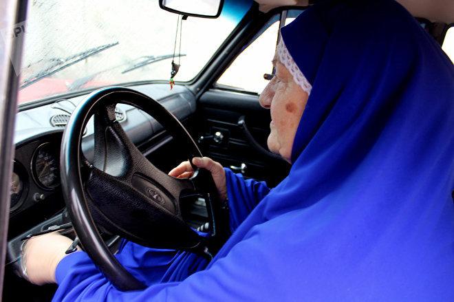 Зулейха ханым за рулем своего автомобиля