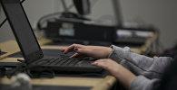 Девушка за компьютером, фото из архива