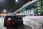 Автомобиль Следственного комитета в аэропорту Домодедово. В Московской области потерпел крушение самолет Ан-148 авиакомпании Саратовские авиалинии, вылетевший из Домодедово в Орск