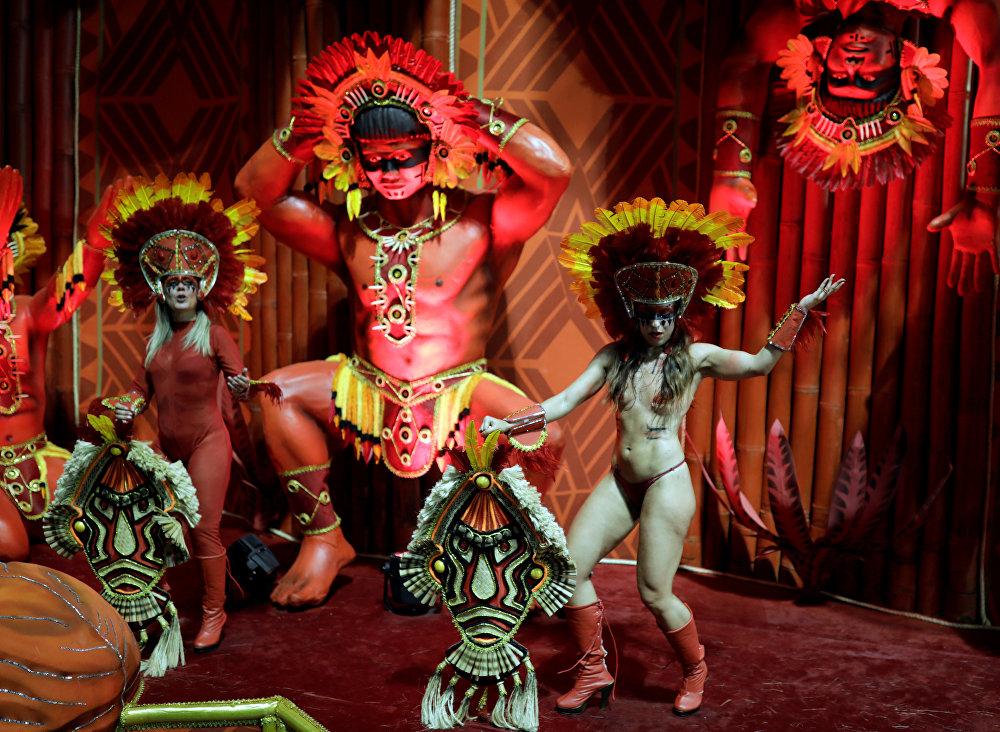 Revellers from the Gavioes da Fiel Samba School take part in Carnival celebrations at Anhembi Sambadrome in Sao Paulo, Brazil February 11, 2018