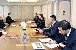 Первый вице-президент Азербайджана Мехрибан Алиева и архиепископ Пол Ричард Галлахер во время встречи