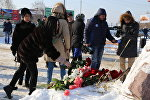 Цветы в память о погибших при крушении самолета Ан-148