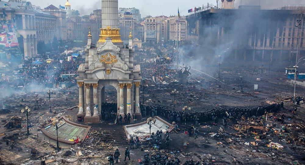 Сотрудники правоохранительных органов и сторонники оппозиции на площади Независимости в Киеве, где начались столкновения митингующих и сотрудников милиции
