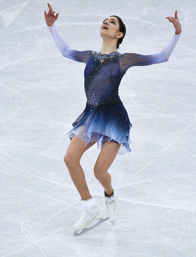 Евгения Медведева (Россия) выступает в короткой программе женского одиночного катания командных соревнований по фигурному катанию на XXIII зимних Олимпийских играх в Пхенчхане