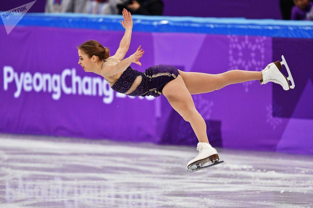 Итальянская фигуристка Каролина Костнер выступает в произвольной программе женского одиночного катания командных соревнований по фигурному катанию на XXIII зимних Олимпийских играх