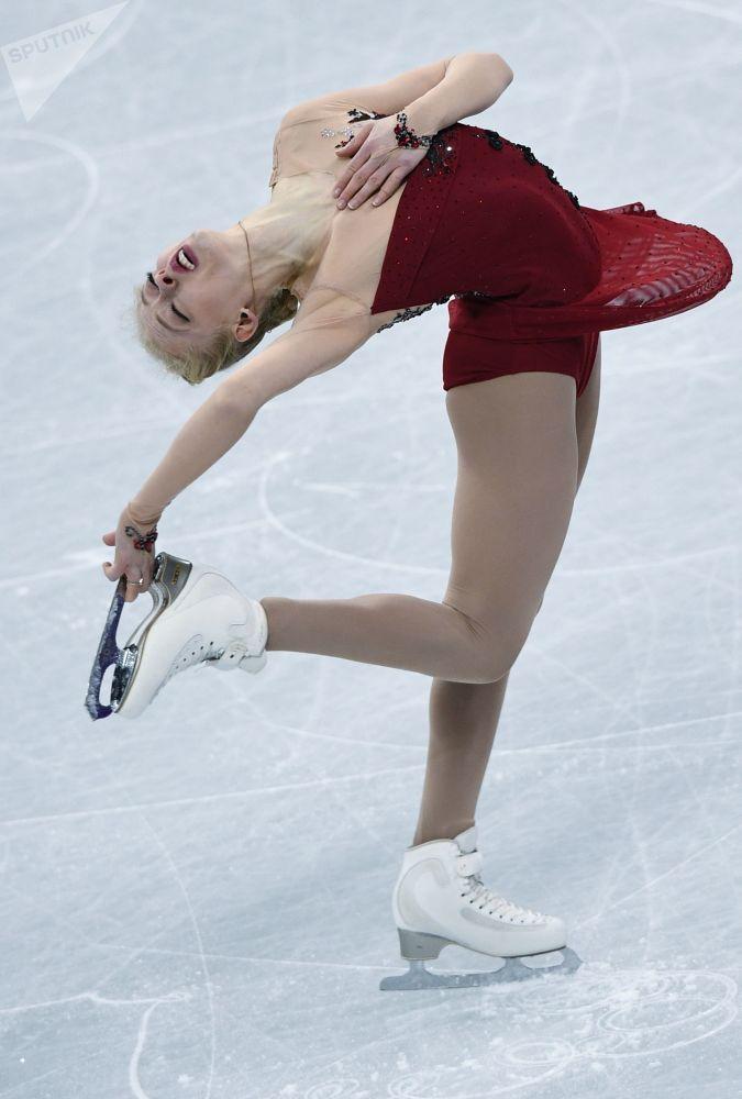 Американская фигуристка Брэди Теннел выступает в короткой программе женского одиночного катания командных соревнований по фигурному катанию на XXIII зимних Олимпийских играх в Пхенчхане