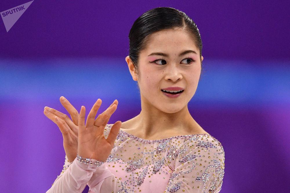 Японская фигуристка Сатоко Мияхара выступает в короткой программе женского одиночного катания командных соревнований по фигурному катанию на XXIII зимних Олимпийских играх в Пхенчхане