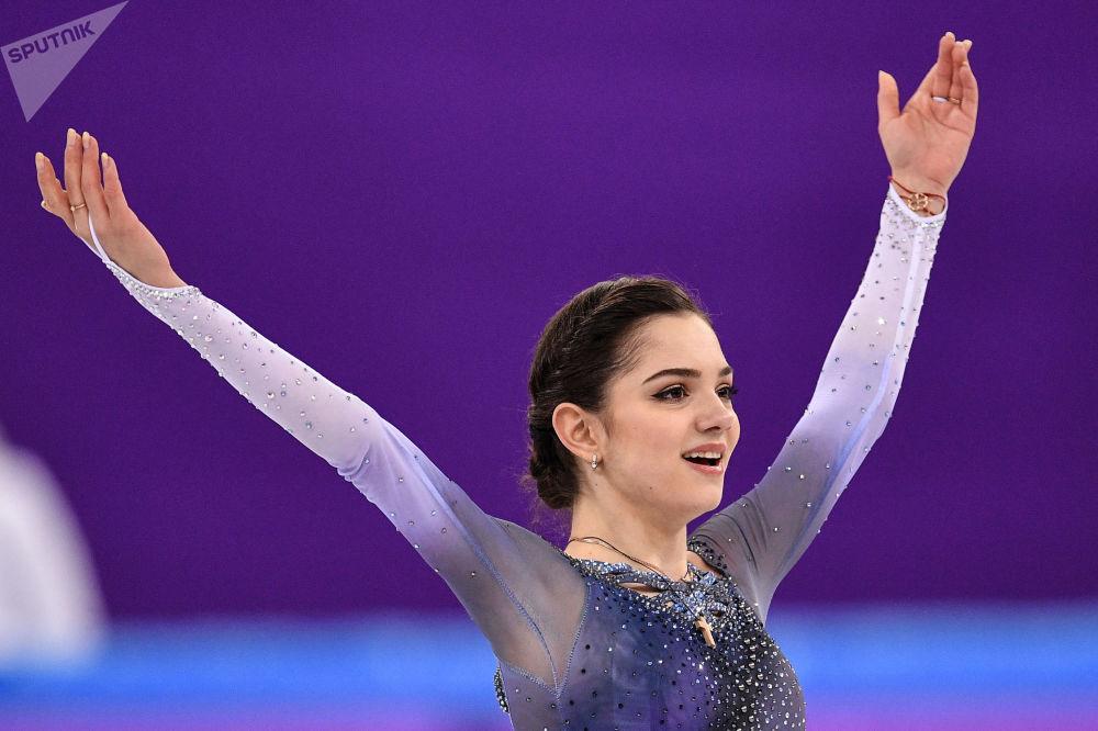 Российская фигуристка Евгения Медведева выступает в короткой программе женского одиночного катания командных соревнований по фигурному катанию на XXIII зимних Олимпийских играх в Пхенчхане