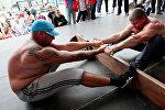 Cпортсмены во время схватки на чемпионате по мас-рестлингу, фото из архива