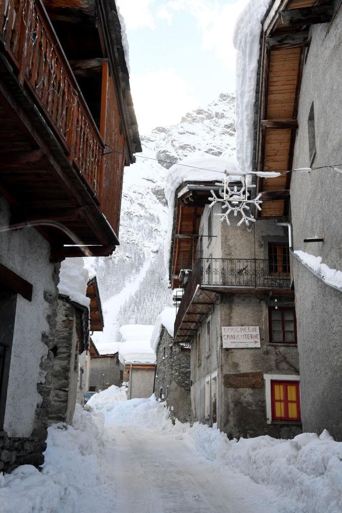 Заснеженная улица в деревне Бессан, Французские Альпы