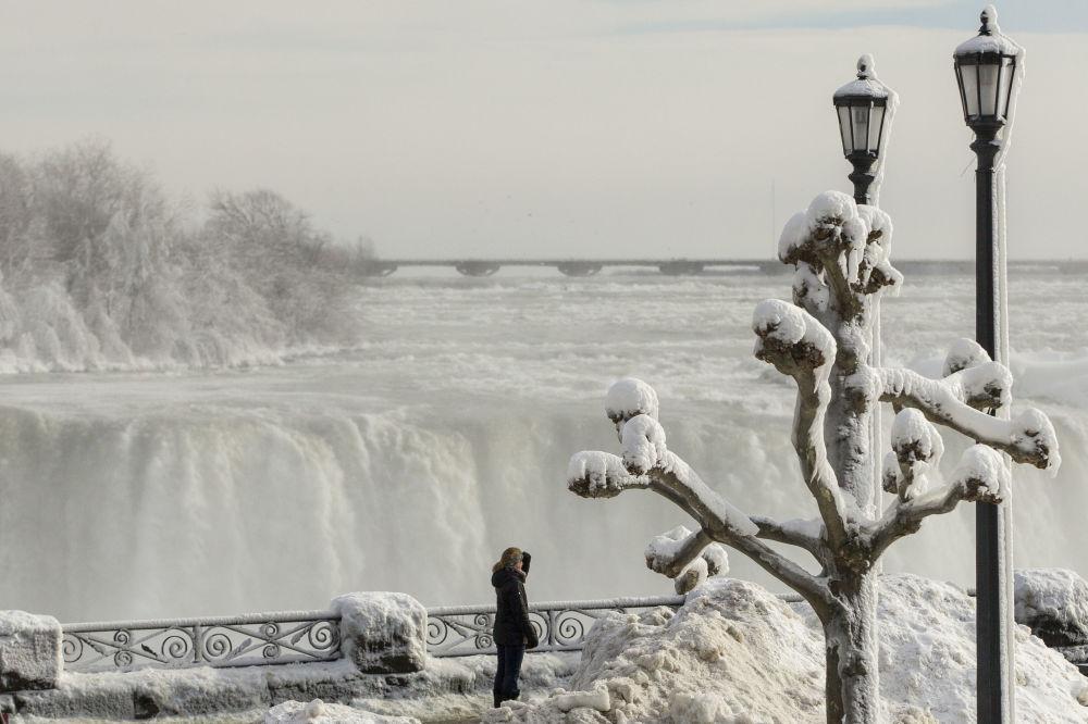 Посетитель у Ниагарского водопада зимой