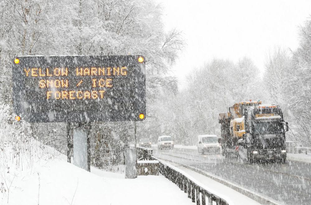 Грузовик проезжает мимо знака, предупреждающего о неблагоприятных погодных условиях на трассе A9 в Килликранки, Шотландия