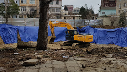 Экскаватор на территории сквера в четвертом микрорайоне Насиминского района Баку