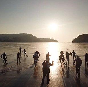 На льду Байкла устроили гонки на велосипедах, лыжах и коньках