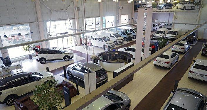 Автомобили в автосалоне, фото из архива