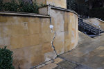 Трещины на стенах на территории Аллеи Шехидов в Баку