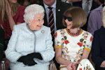 Böyük Britaniyanın kraliçası Yelizaveta Londonda keçirilən moda sərgisində