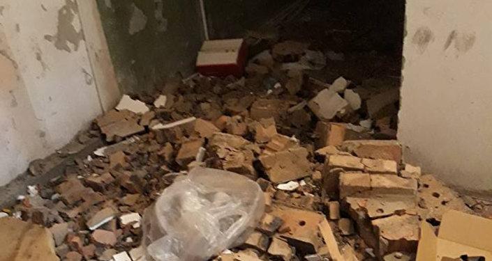 Разрушенный подъезд дома в поселке Гюнашли