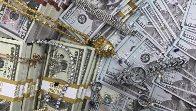 Стодолларовые купюры, украшения и бриллианты