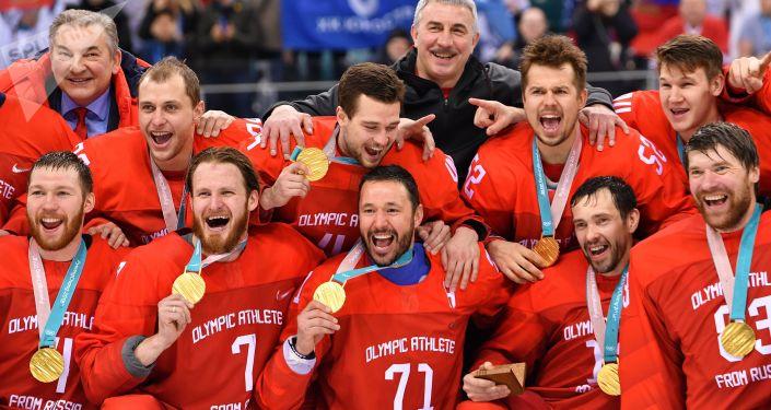 Церемония награждения золотыми медалями российских спортсменов - победителей хоккейного турнира среди мужчин на XXIII зимних Олимпийских играх