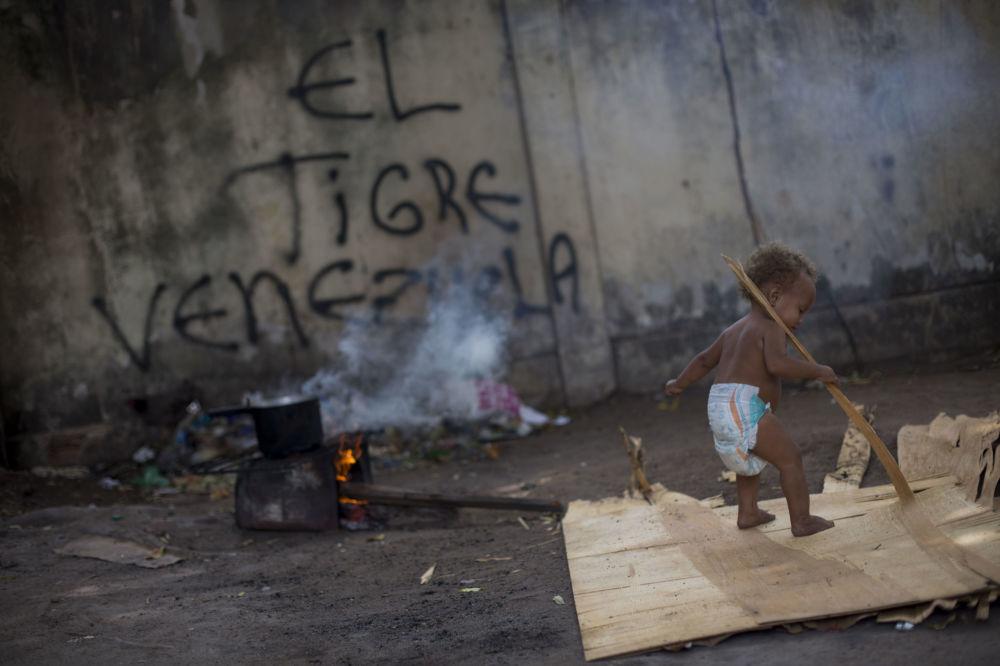 Braziliyadakı sığınacaqda qalan venesuelalı qaçqın uşaq.
