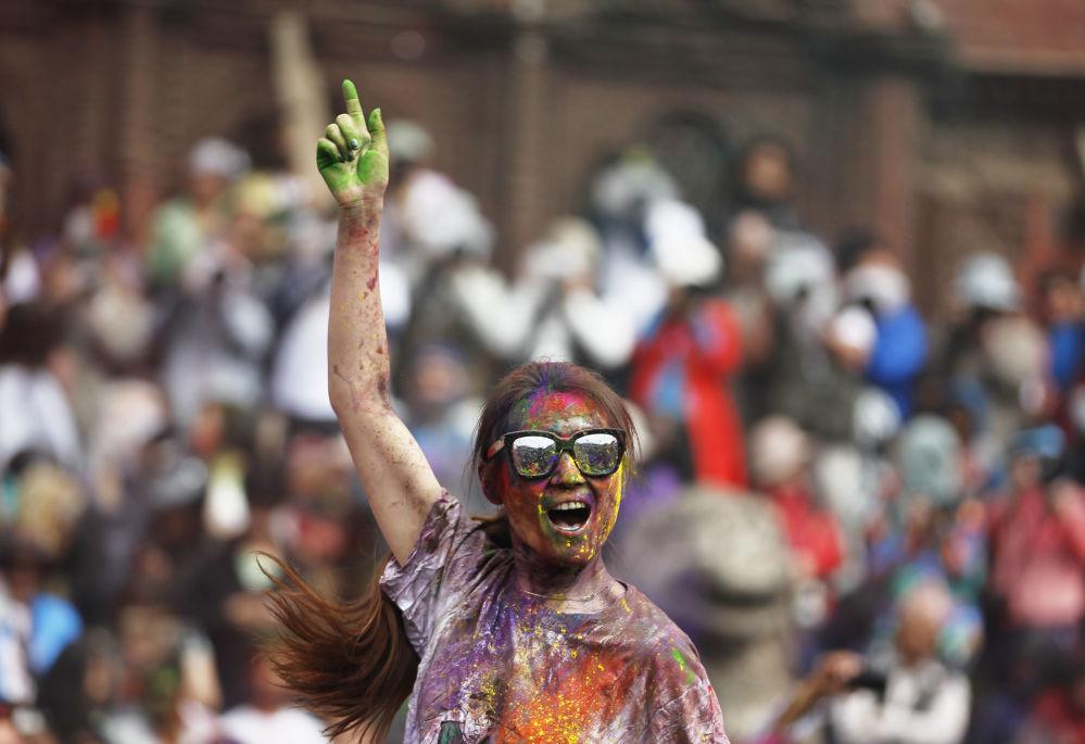Nepalda bayram zamanı şənlənən turist qız.