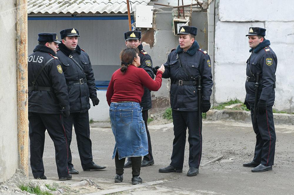 Bakıdakı Respublika Narkoloji dispanserində yanğında həlak olan şəxsin qohumu polis kordonunun önündə.