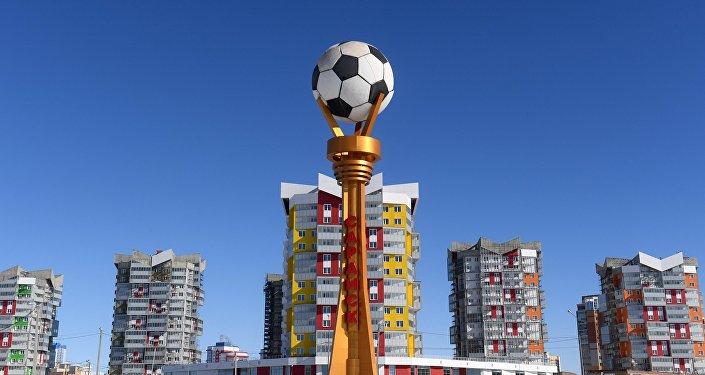 Стелла с мячом возле стадиона Мордовия Арена в Саранске