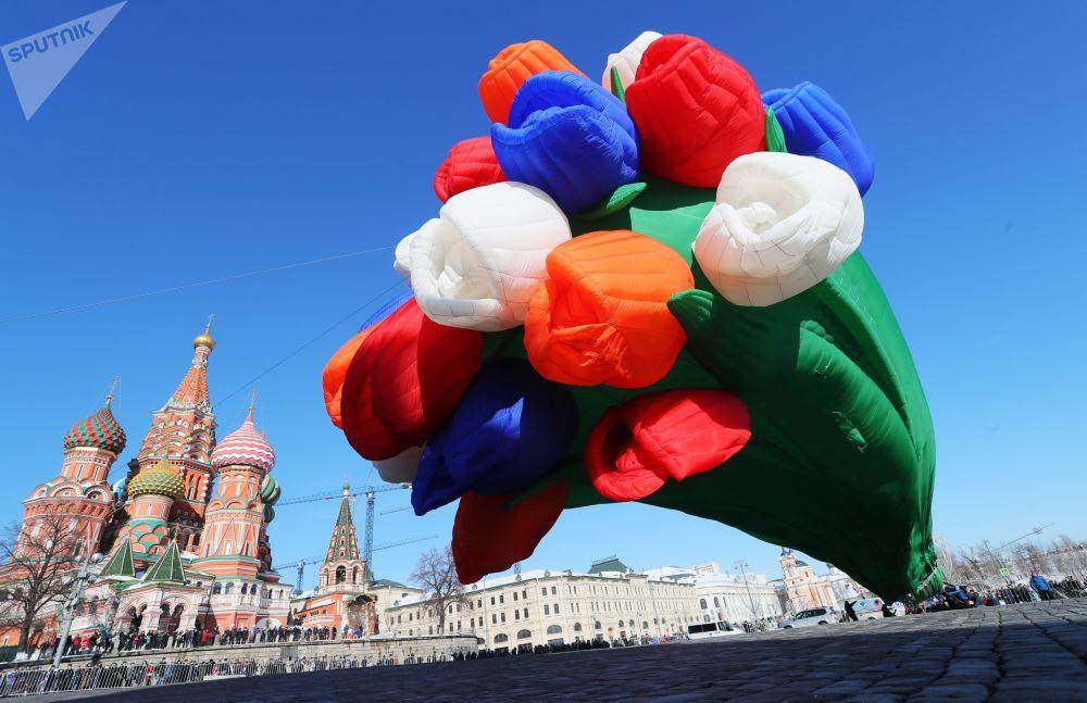Воздушный шар в виде букета тюльпанов на площади Васильевский спуск в Москве