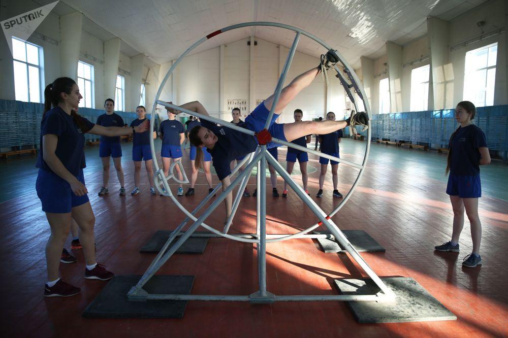 Девушки-курсанты во время занятий по физической подготовке в Краснодарском высшем военном авиационном училище