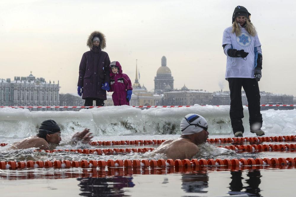 Участники во время соревнований любителей зимнего плавания Кубок большой Невы 2018 на пляже Петропавловской крепости в Санкт-Петербурге