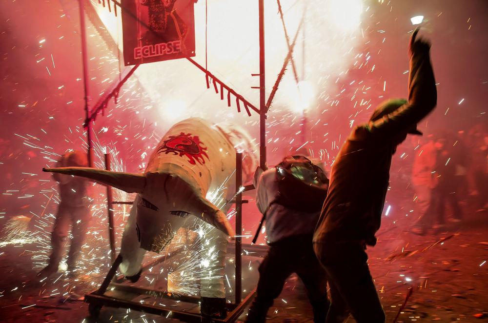 Люди укрываются от фейерверков во время празднования Сан-Хуан-де-Диос в Тультепеке на окраине Мехико
