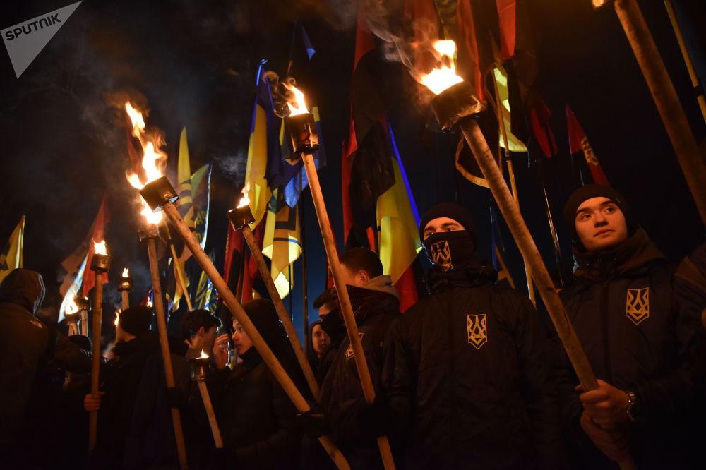 Участники факельного шествия активистов праворадикальных организаций, приуроченного ко дню гибели главнокомандующего УПА Романа Шухевича