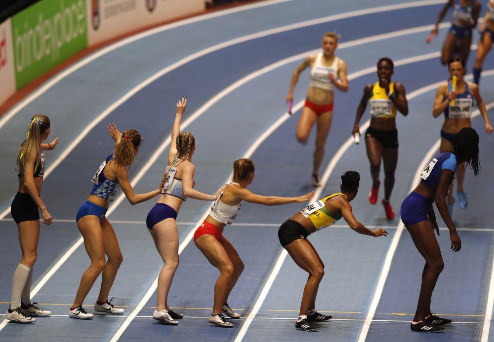 Участницы финала женской эстафеты 4x400 м на Чемпионате мира по легкой атлетике в Бирмингеме, Великобритания
