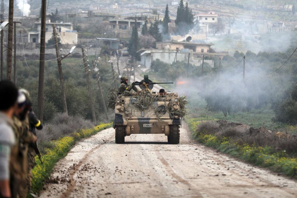 Бойцы Свободной армии Сирии стреляет из танка в Раджу