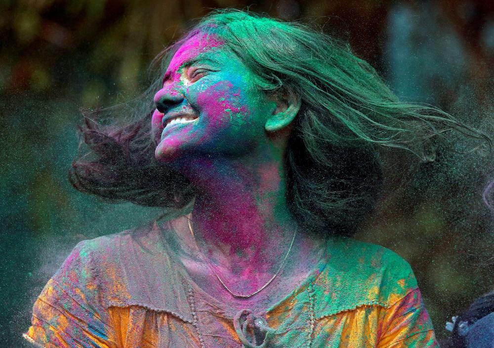 Участница фестиваля Холи в Индии