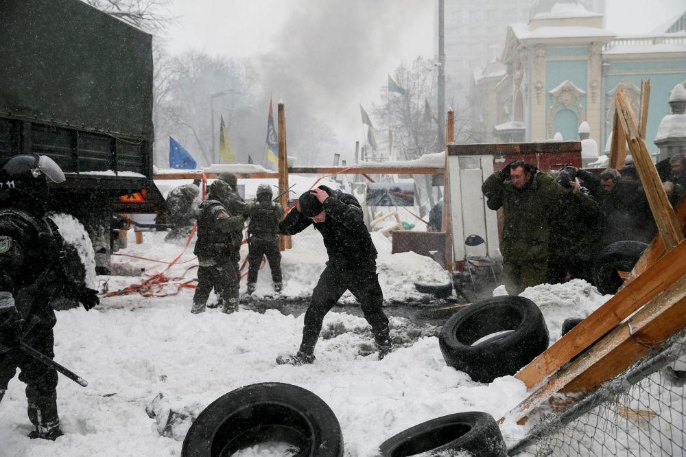 Задержание полицией протестующих и снос палаточного лагеря возле здания Верховной Рады в Киеве, Украина